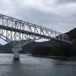 五島列島、若松島、フェリーオーシャンで若松大橋をくぐる